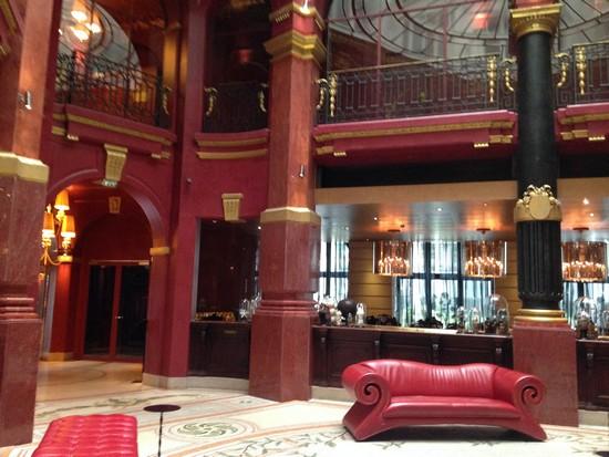 canapé-rouge-hôtel-banke