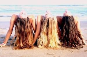 femmes-plage-cheveux-en-arrière-brune-rousse-blonde
