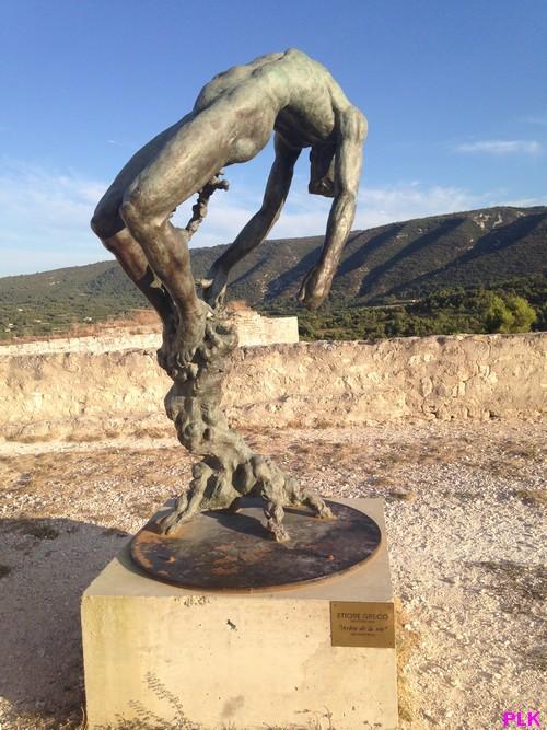 Lacoste-esplanade-chateau-de-Sade-sculpture-Greco