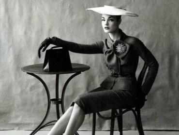 mode-jupe-crayon-femme-assise-chapeau