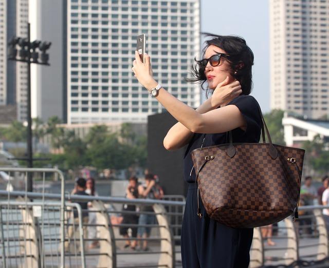 selfie-femme-en-sac-Vuitton