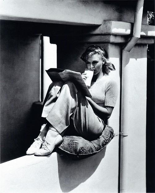 femme-lisant-sur-un-mur