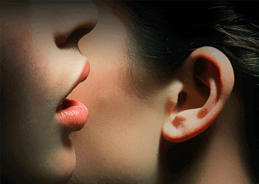 femme-qui-parle-à-l-oreille-voix-presbyphonie
