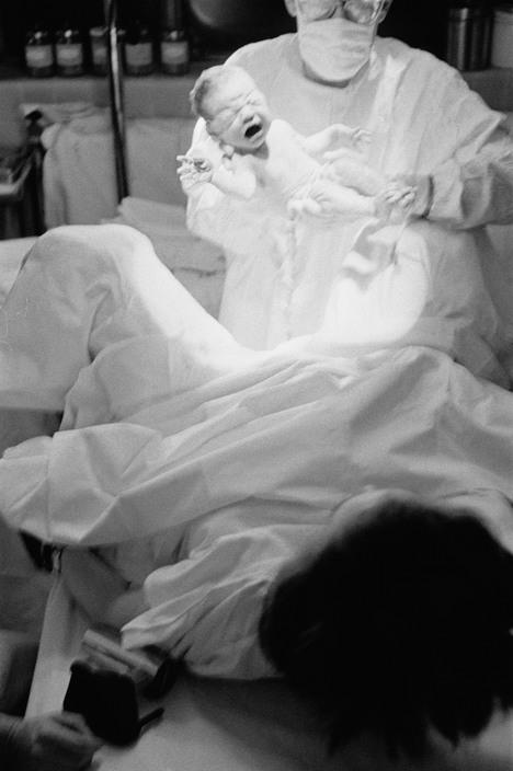 Eve-arnold-cinq-premières-minutes-d-un-bébé