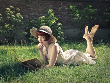 femme-qui-lit-dans-l-herbe