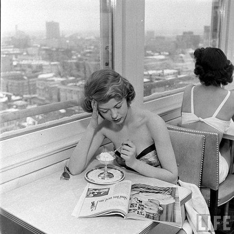 lecture-femme-qui-lit-dans-un-café