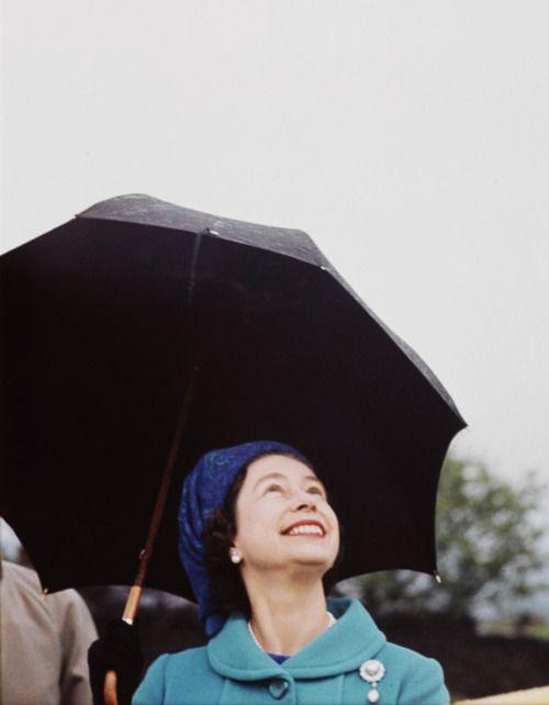 Reine-elisabeth-parapluie-eve-arnold