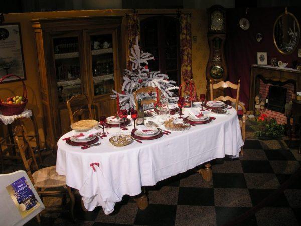 Table_du_gros_souper_de_Noël_avec_ses_trois_nappes