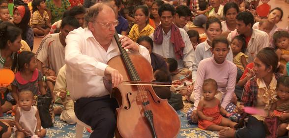 beat-richner-beatocello-joue-violoncelle-devant-les-enfants-et-leur-mère