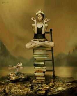 femme-zen-sur-une-pile-de-livre