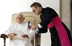 monseigneur-georg-ganswein-et-le-pape-benoir-XVI