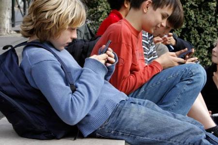 nomophobe-jeunes-consultant-leur-smartphone