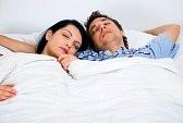 -couple-sur-lit-de-dormir-ensemble