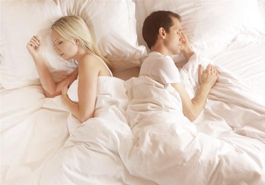 couple-qui-dort-dos-à-dos-proche