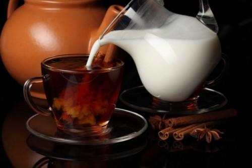 verser-du-lait-dans-son-thé