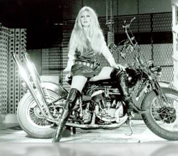 Brigitte-bardot-en-bottes-roger-vivier-sur-sa-moto