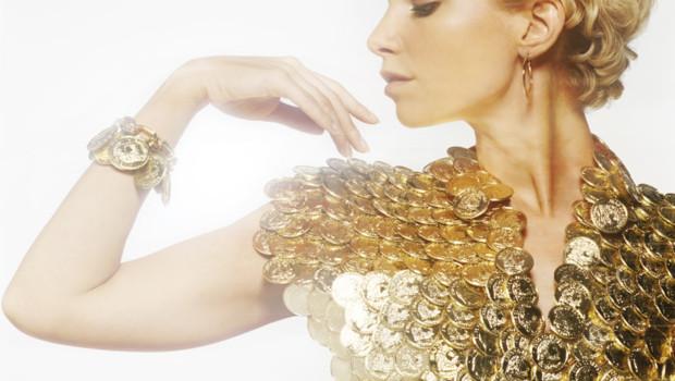 femme-portant-un-pectoral-en-louis-d-or