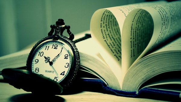livre-ouvert-horloge
