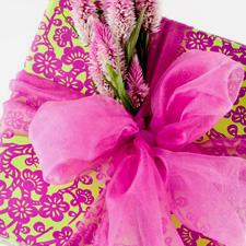 paquet-cadeau-rose-fleuri-avec-noeud-rose-en-tulle