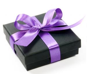 paquet-cadeau-noir-avec-noeud-violet-en-satin