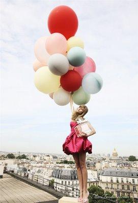 femme-en-robe-rose-qui-senvole-avec-des-ballons-multicolores