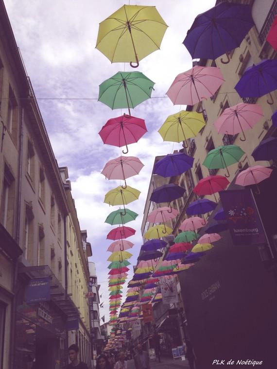rue-piétonne-luxembourg-parapluie