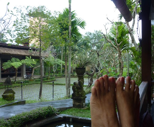 pieds -sur-la balustrade-ubud-bali