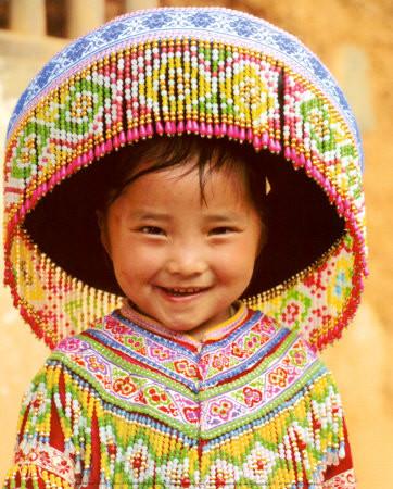 enfant-tibétain-qui-sourit-costume-traditionnel