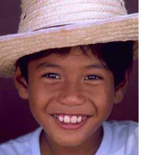 enfant-qui-sourit-portant-un-chapeau
