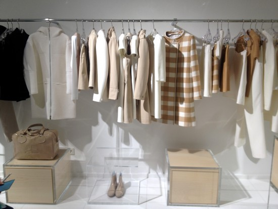 boutique-Courrèges-portants-beige