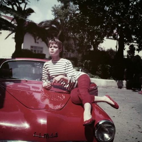 Brigitte-bardot-repetto-cendrillon-sur-une-voiture-rouge