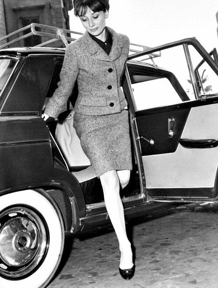 Audrey-Hepburn-sortant-de-voiture