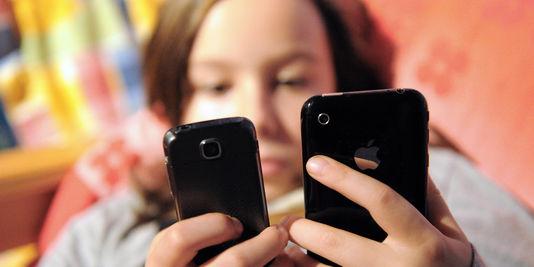 jene-fille-avec-deux-smartphones