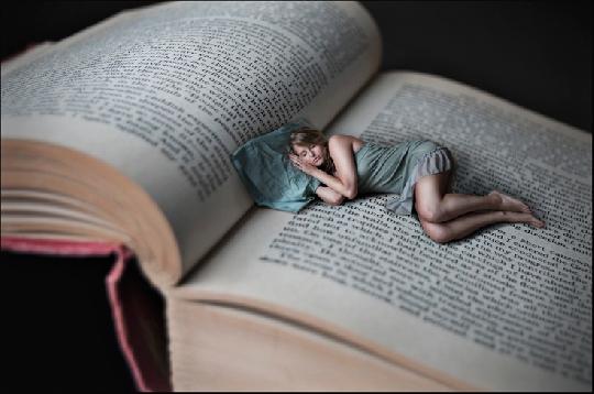 femme-qui-dort-dans-un-livre-ouvert