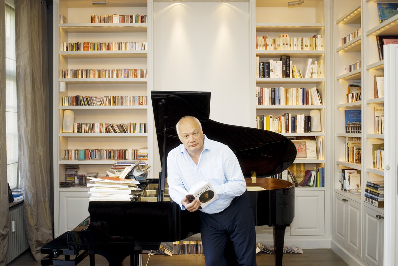 Eric-Emmanuel-Schmitt-dans-sa-bibliothèque