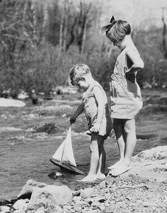 enfants-jouant-dans-l-eau