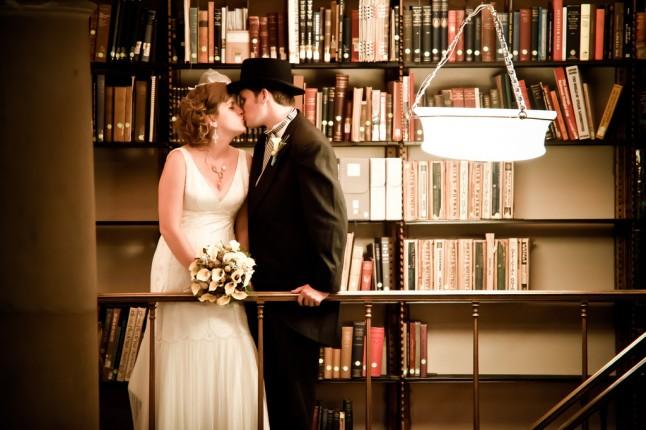 amoureux-qui-s-embrassent-dans-une-bibliothèque