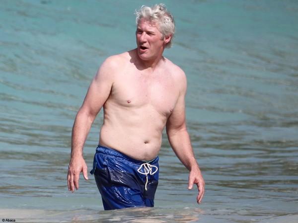 Richard-geere-en-maillot-de-bain-sortant-de-l-eau