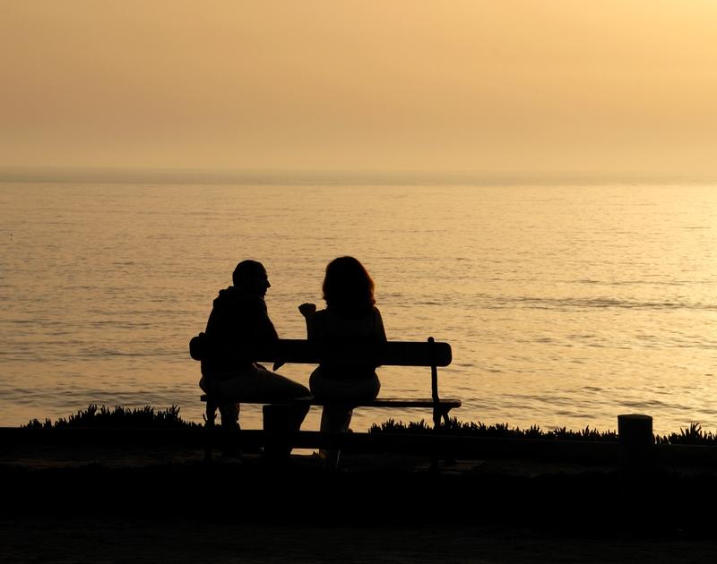 amoureux-sur-un-banc-soleil-couchant