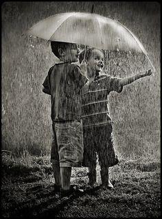 enfants-jouant-sous-la-pluie