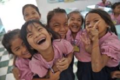 fillettes-qui-rient-toutes-à-l-ecole-association-qui-scolarise-les-filles