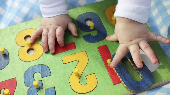 bébé-qui-joue-avec-des-lettres-puzzles