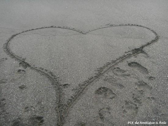 grand-cœur-dessiné-dans-sable-noir-deBali