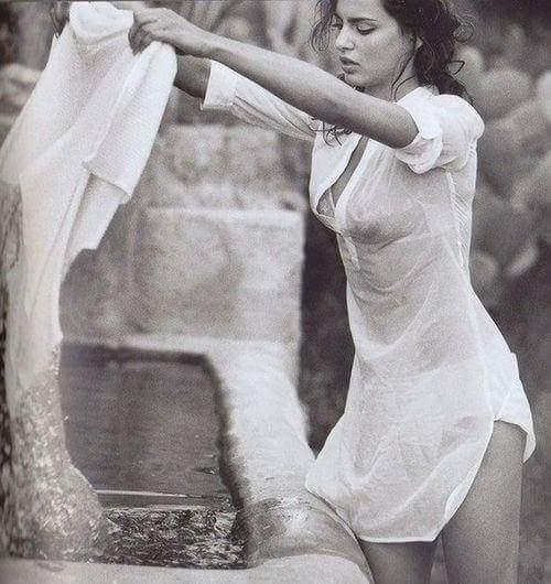 Joyeux-lundi-jolie-jeune-femme-qui-fait-sa-lessive