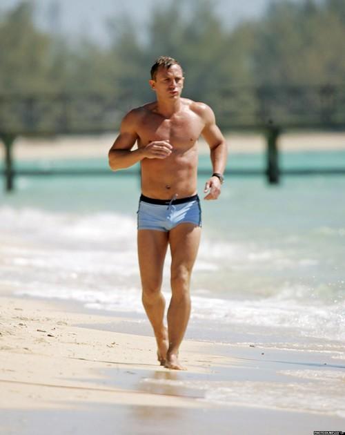 daniel-craig-en-maillot-de-bain-bleu-courant-sur-la-plage