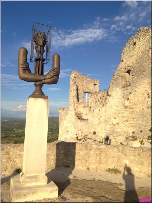 Lacoste-statue-du-marquis-de-Sade-et-son-château