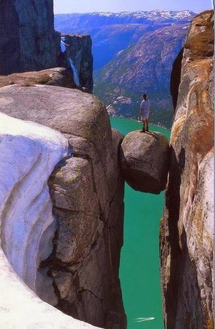 rocher-passage-étroit-dans-le vide