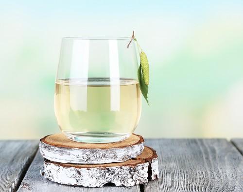 Sève-de-bouleau-dans-un-verre