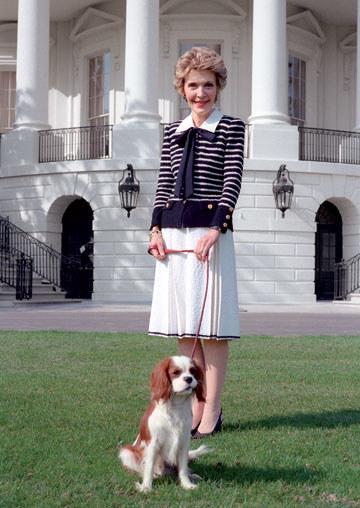 nancy-reagan-devant-maison-blanche-chien