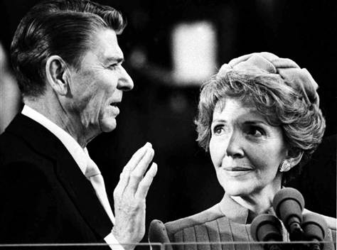 nancy-reagan-regarde-ronald-reagan-prêter-serment